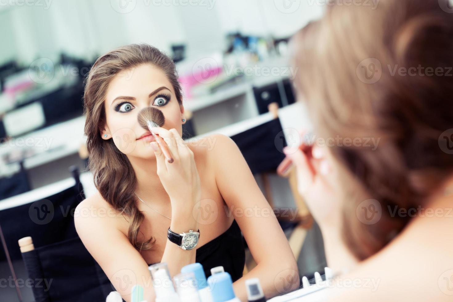 vrouw een grapje voor een spiegel foto