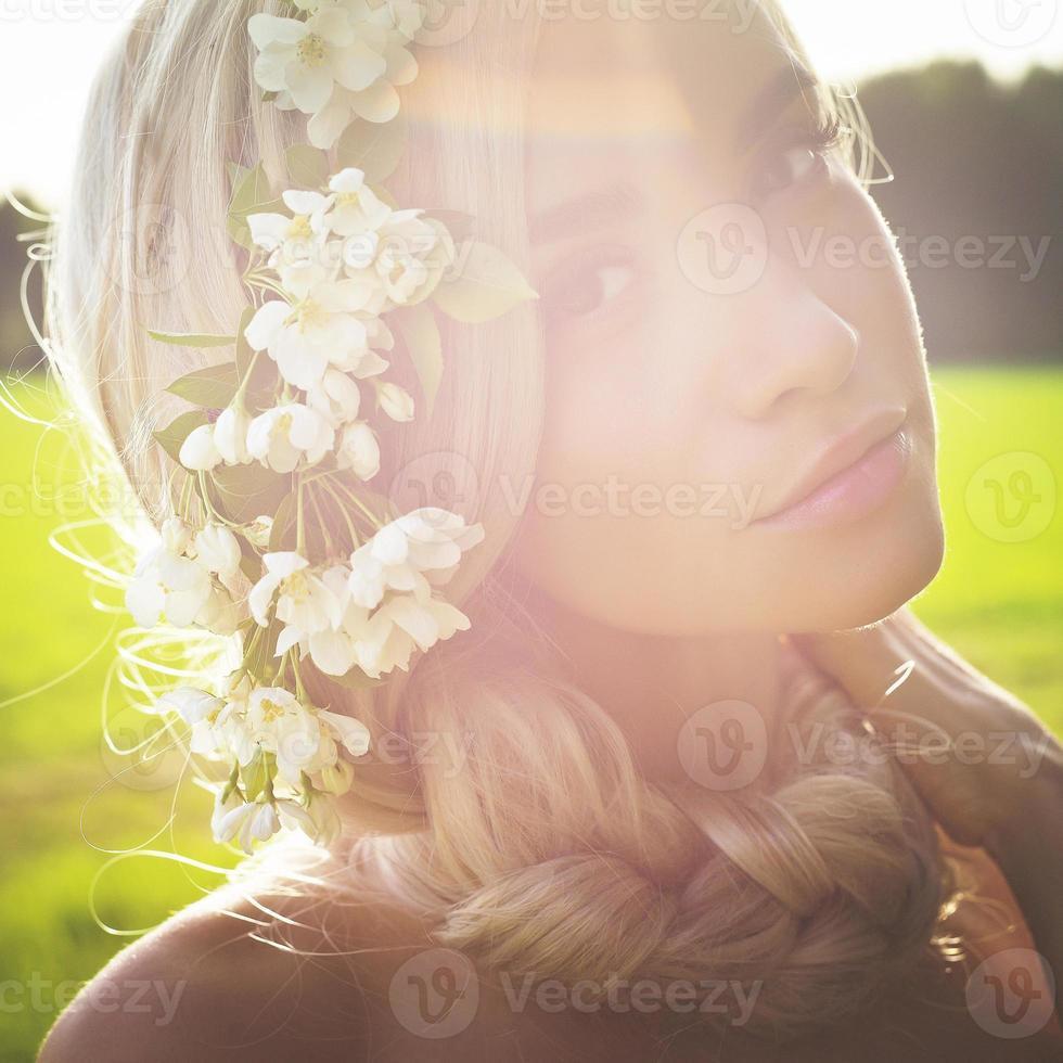 romantische dame in krans van appelbomen foto