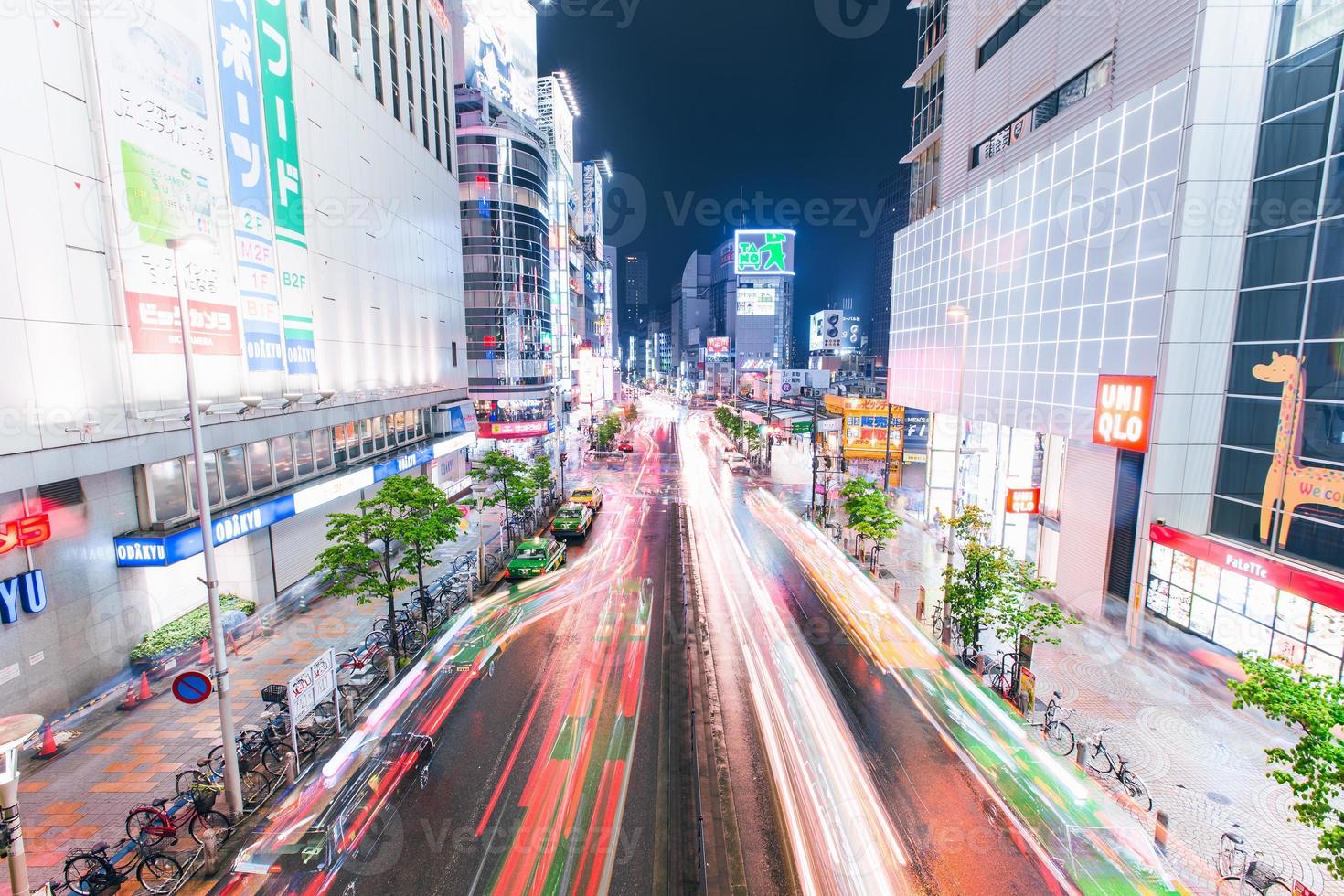 het verkeer passeert onder een brug buiten het shinjuku-station foto