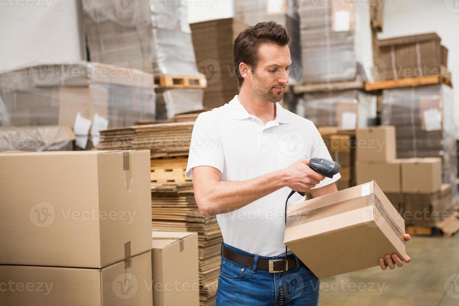werknemer scannen pakket in magazijn foto