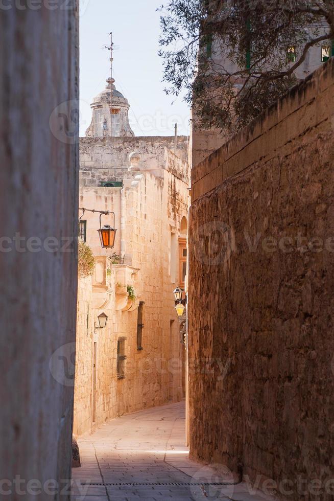 oude smalle straat in mdina, malta. foto