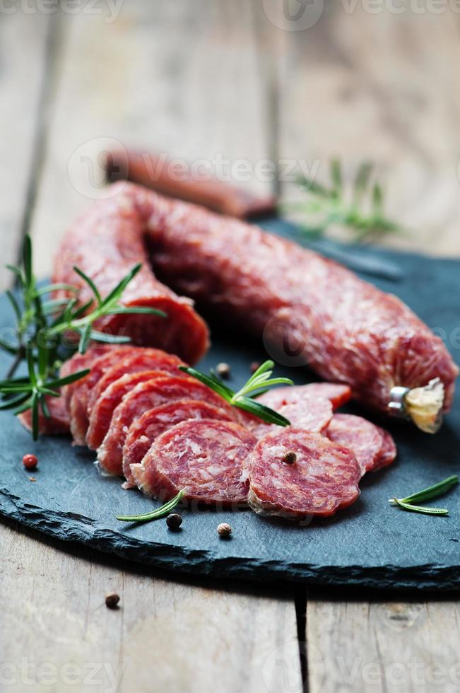 salami op de houten tafel foto