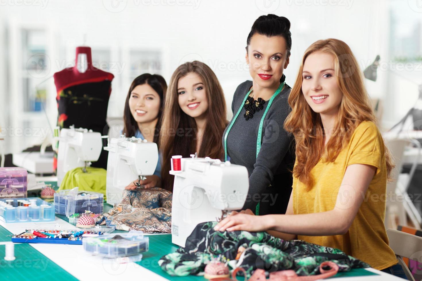 vrouwen in een naaiatelier foto