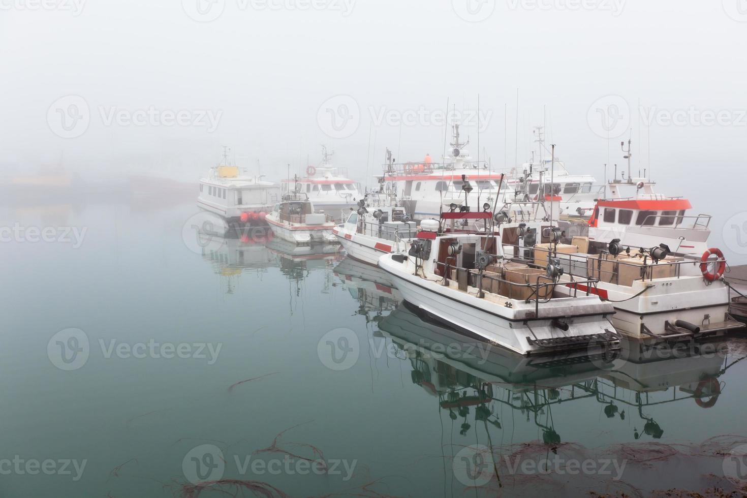vissersvaartuig in een mistige mistige ochtend foto