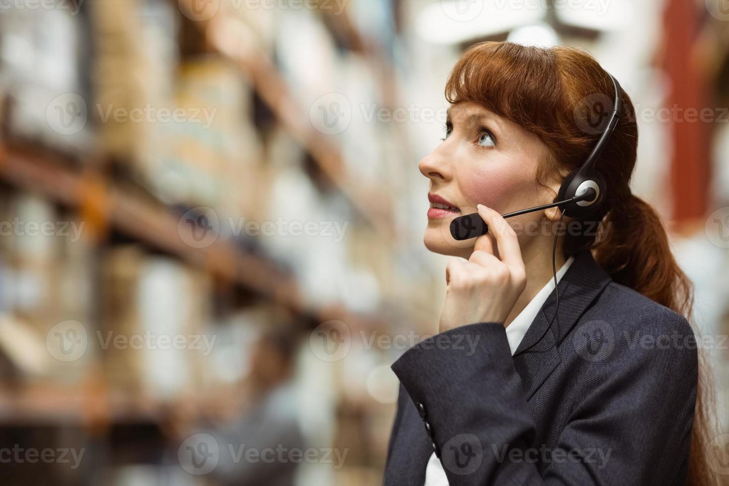 mooie zakenvrouw spreken in een headset foto