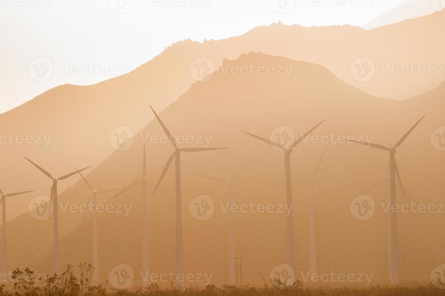 schone groene energie windturbines alternatieve woestijnkracht foto