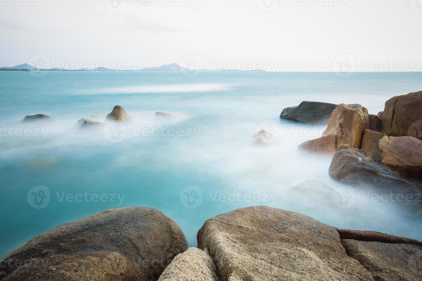de rotsachtige kust of het strand foto