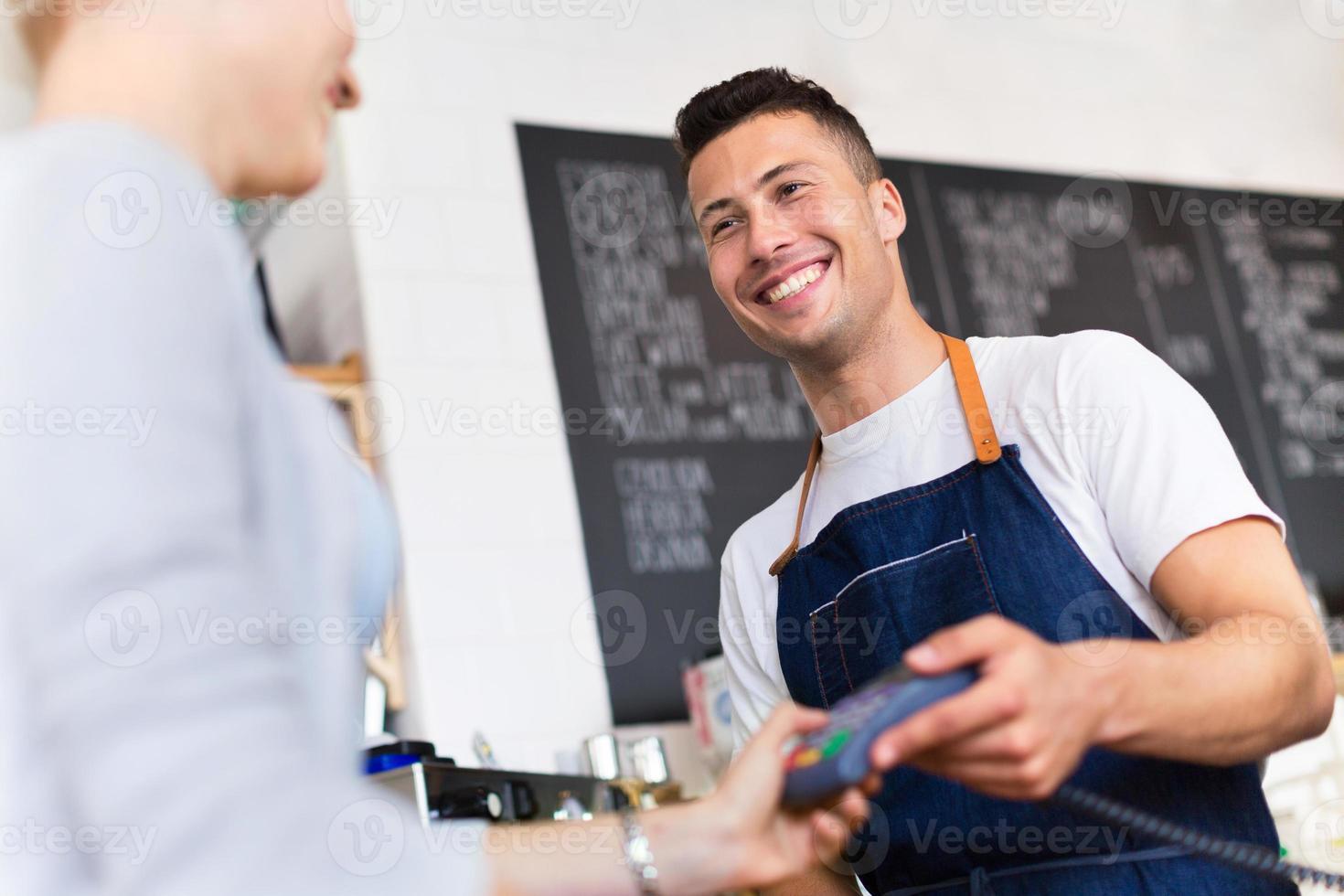 vrouw betalen voor koffie foto