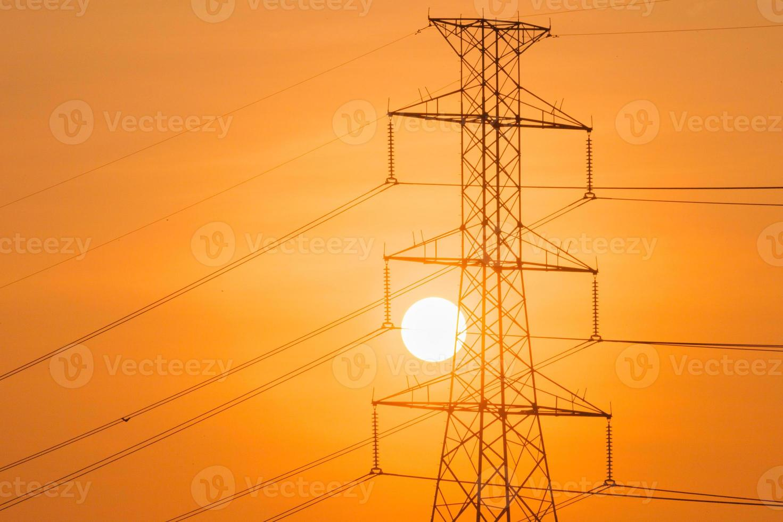 silhouet van hoogspannings toren en de zon foto