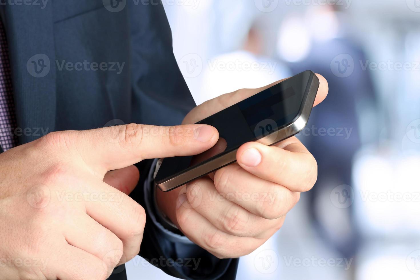 zakenman houden en het gebruik van de mobiele smartphone foto