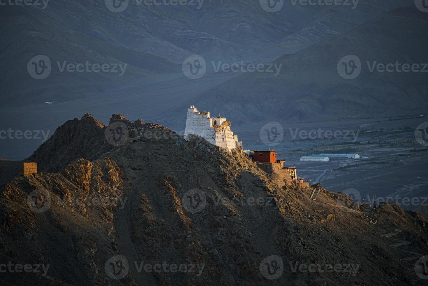 zonsondergang bij namgyal tsemo klooster foto