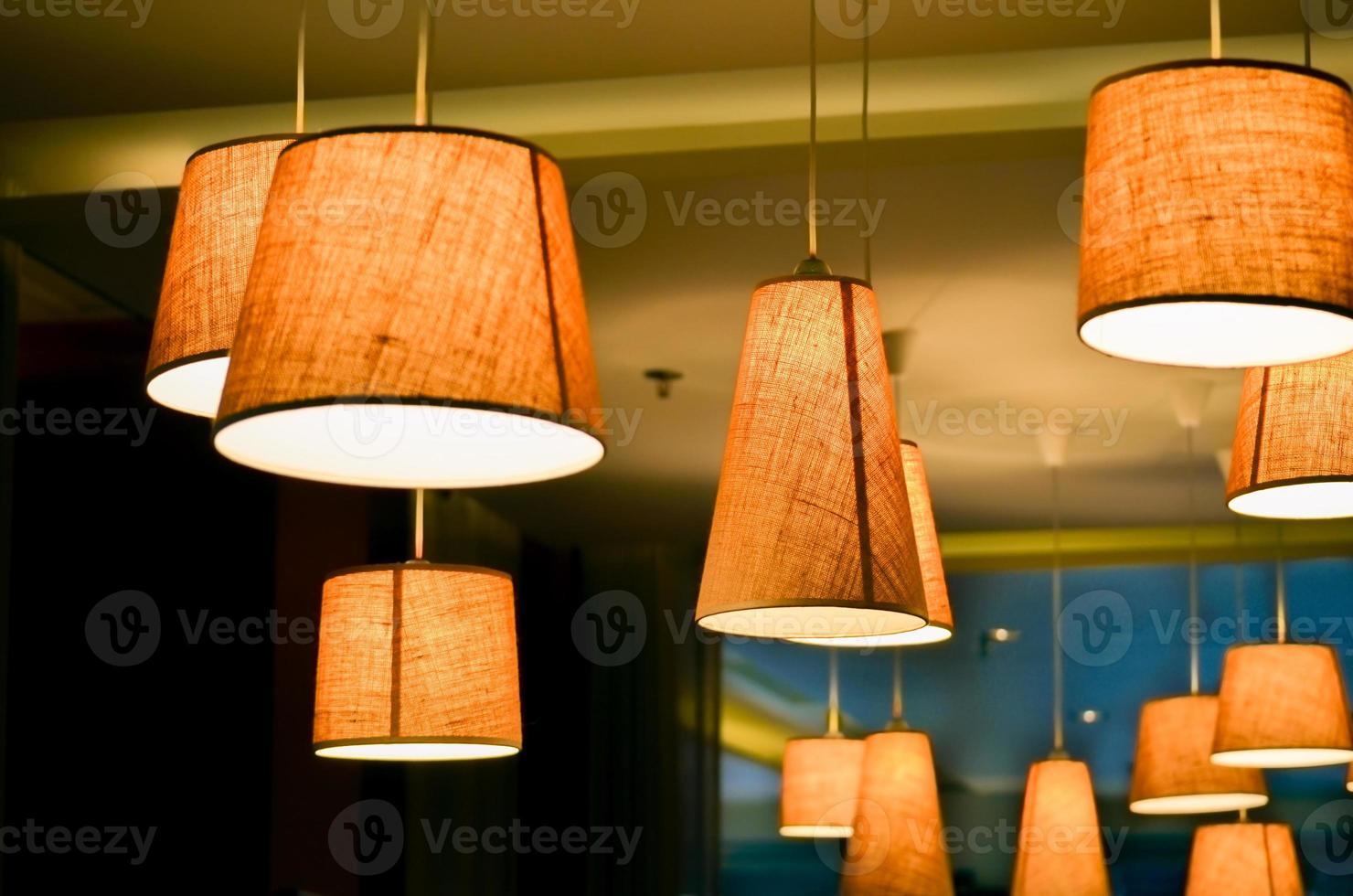 lampen in een café-winkel foto