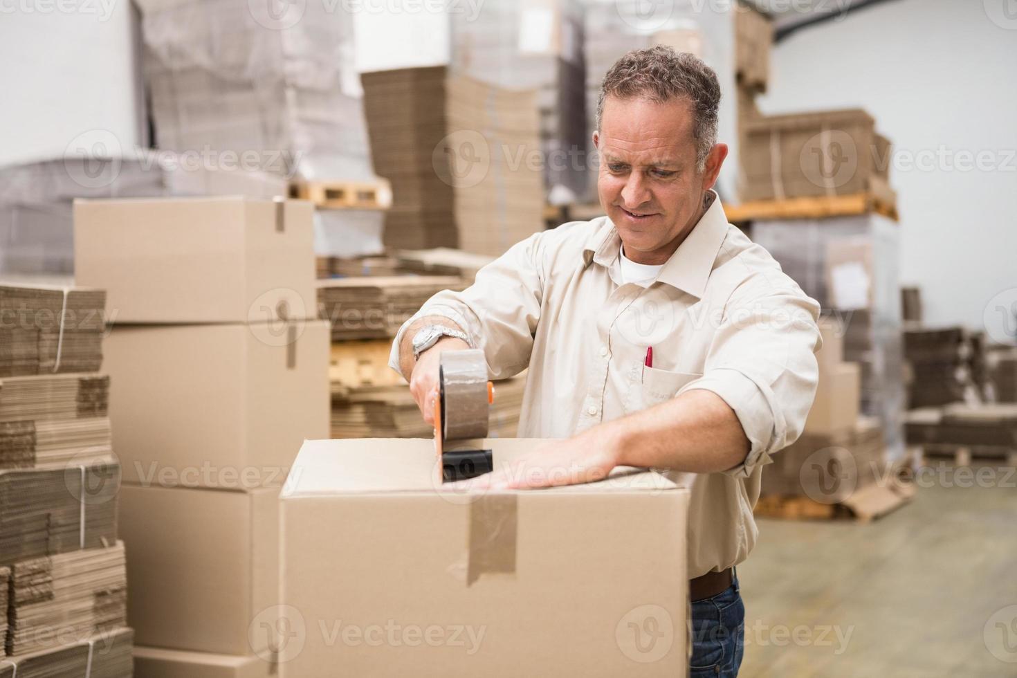 magazijnmedewerker een zending voorbereiden foto