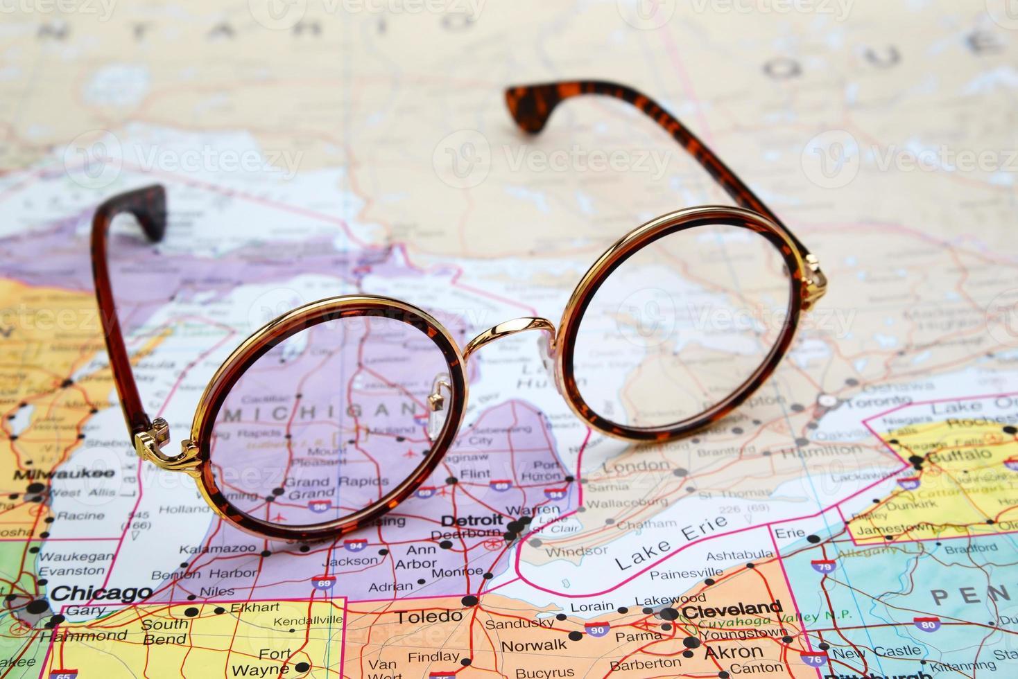 bril op een kaart van de VS - Michigan foto