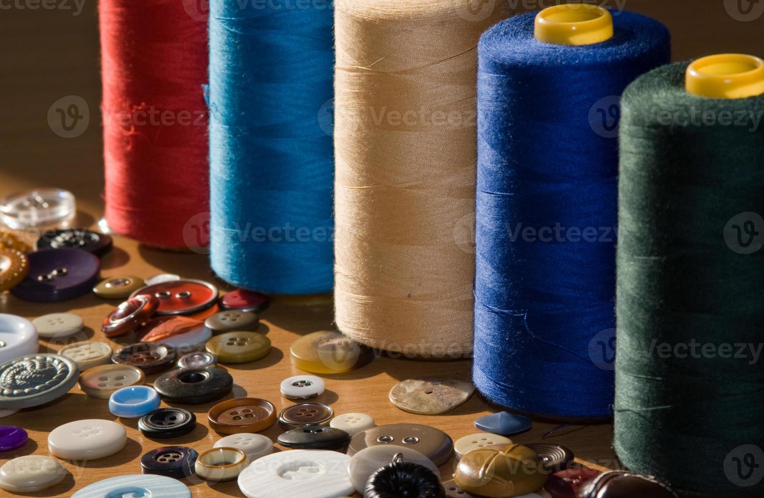 naai-accessoires: knopen en draad foto