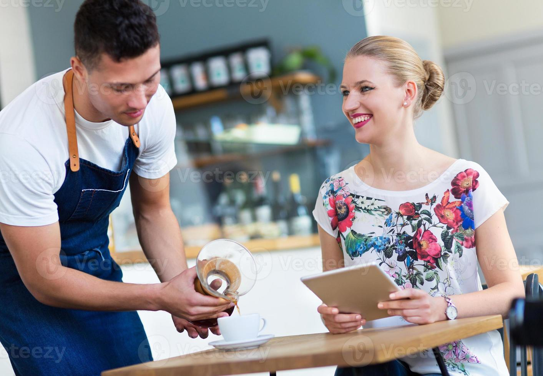 ober serveert klant in de coffeeshop foto