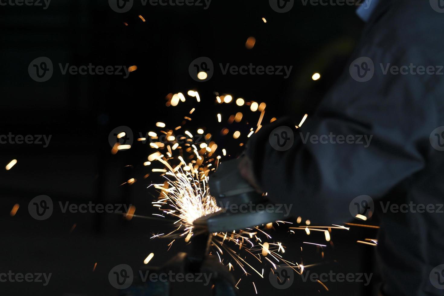 elektrisch slijpen van wielen op staalconstructie foto