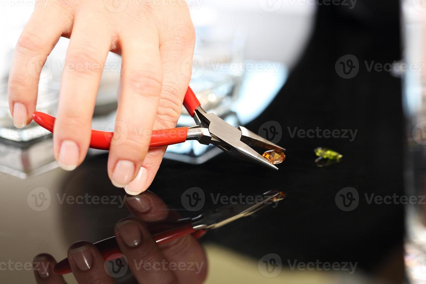 maak een barnsteenketting in een sieradenatelier foto