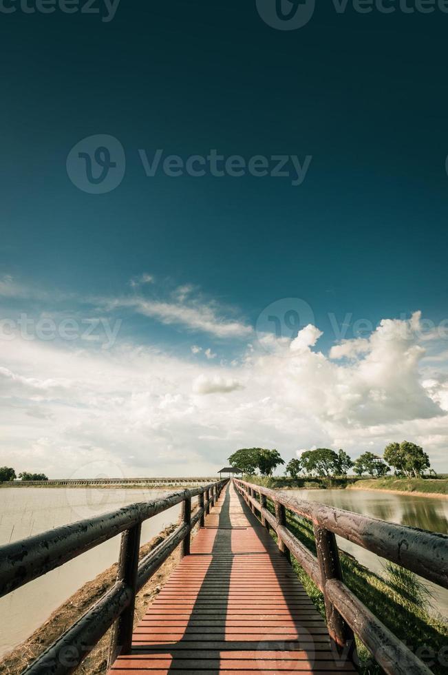 pontonbrug met blauwe hemellandscpae foto