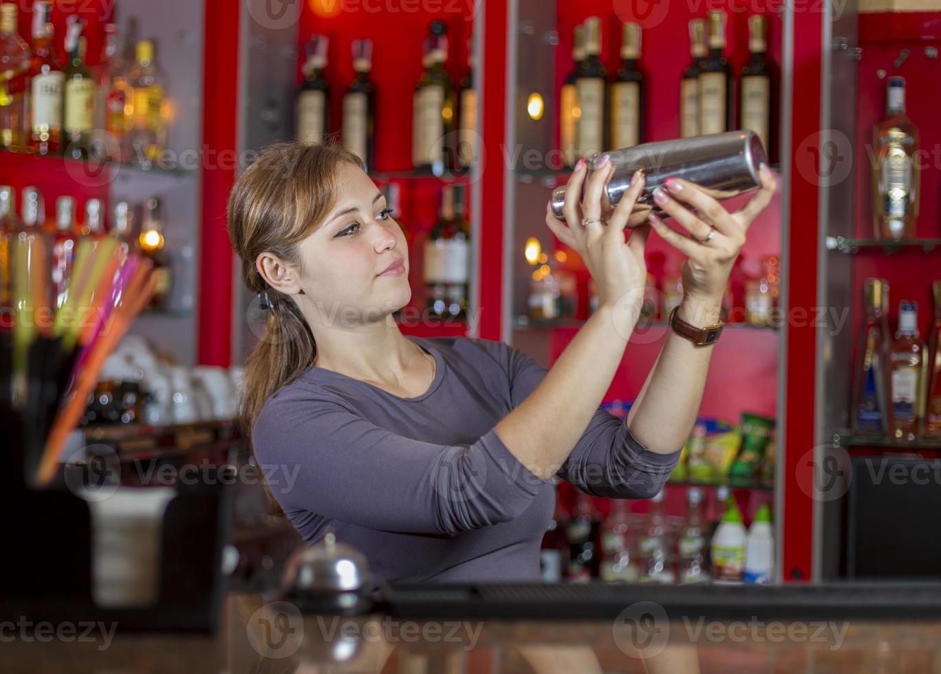 barman meisje achter de toonbank foto