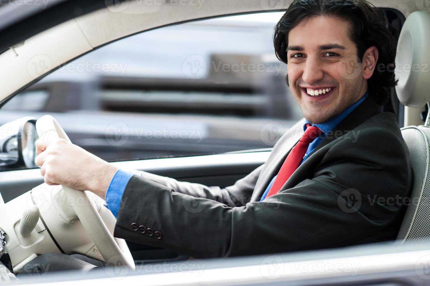 vrolijke man zijn nieuwe luxe auto rijden foto