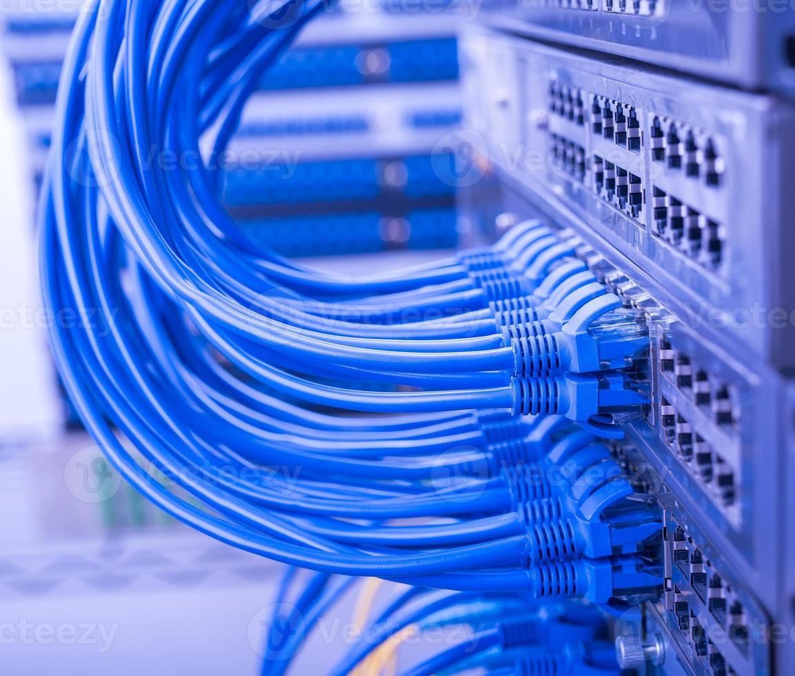 netwerkkabels aangesloten om te schakelen foto