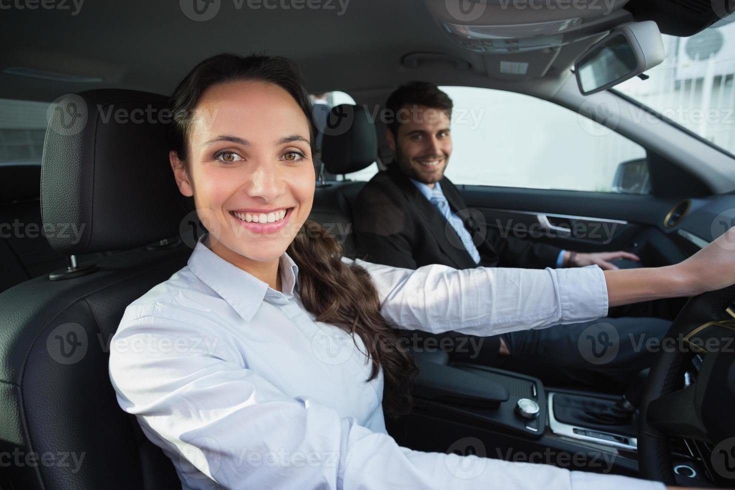 commercieel team dat bij de camera glimlacht foto