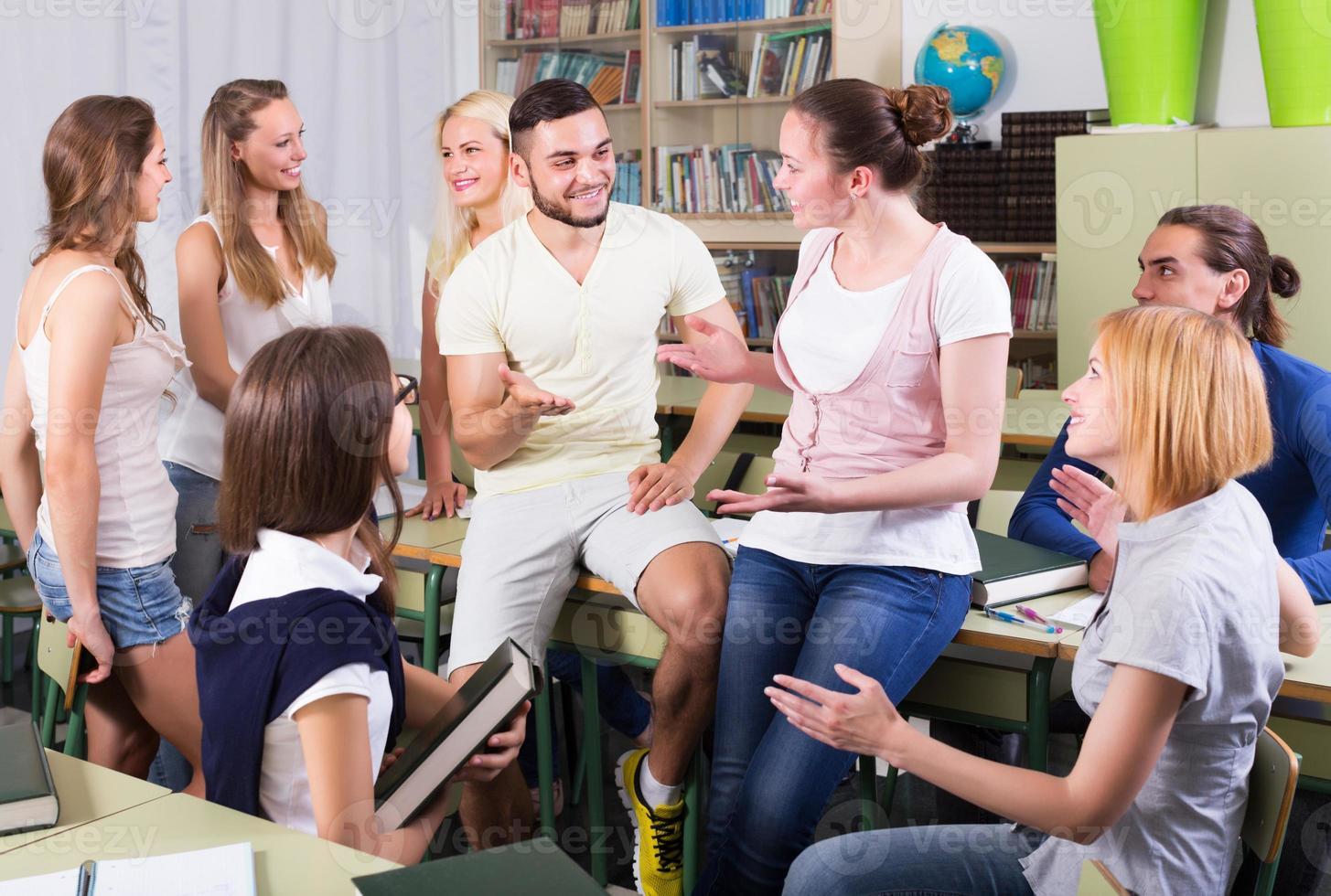 leerlingengesprek in de klas foto