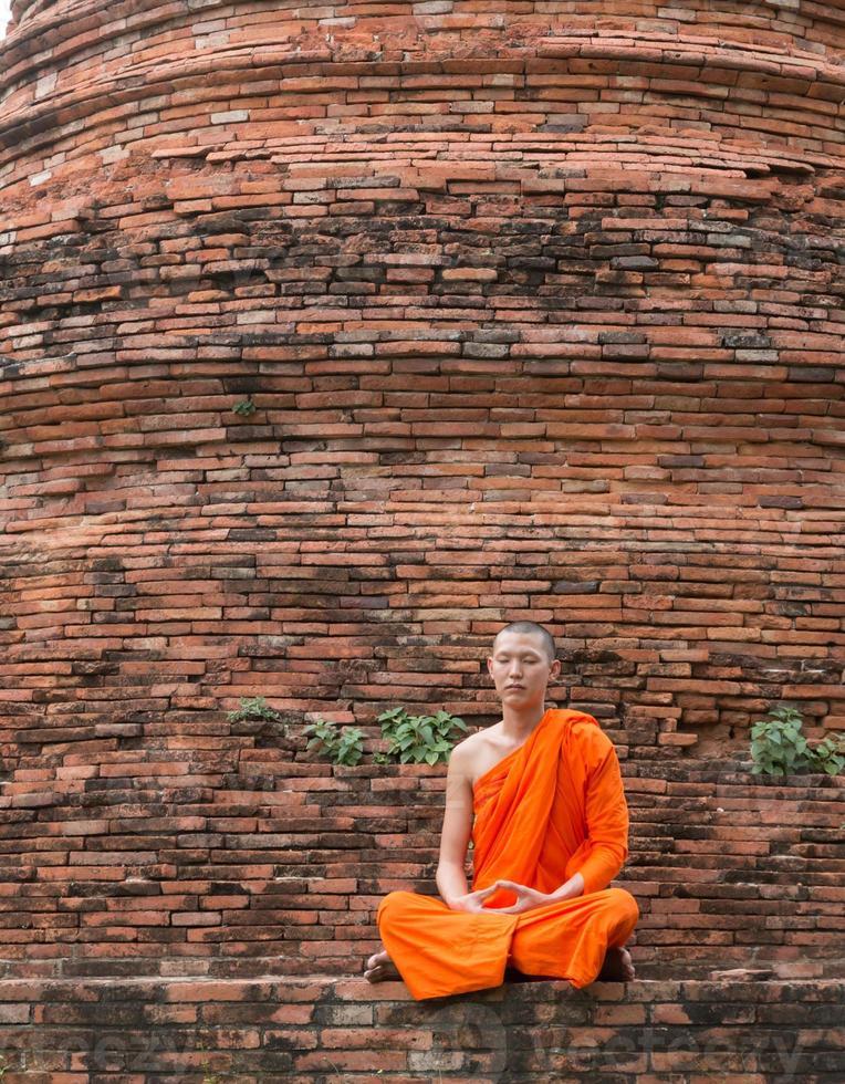 monnik bij putthaisawan tempel in ayutthaya, thailand foto