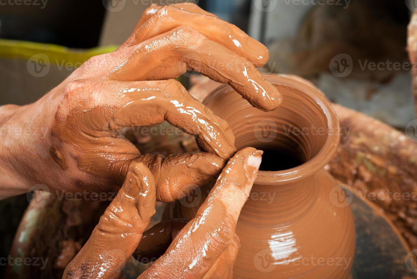 pottenbakker op het werk foto