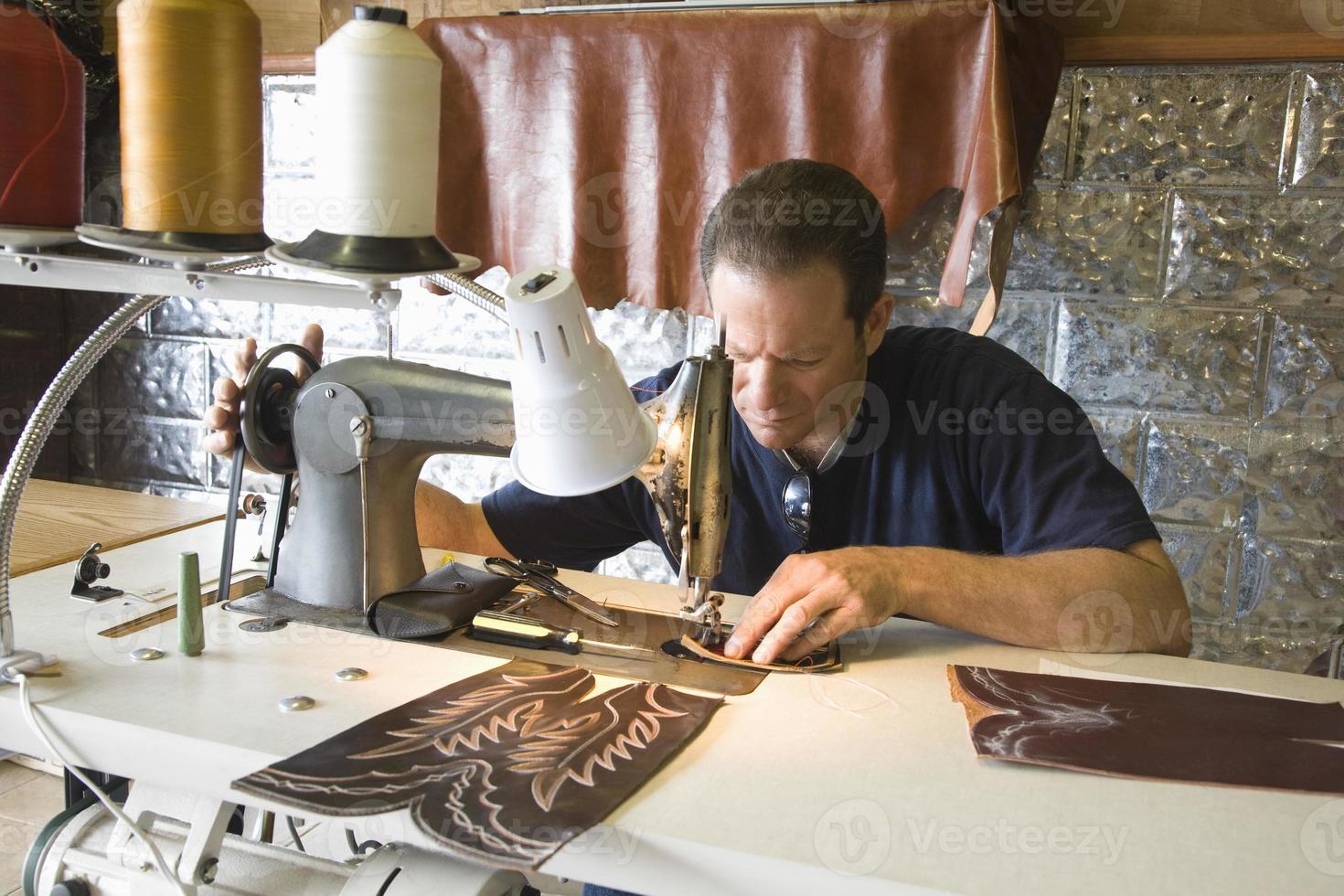 schoenmaker in werkplaats foto