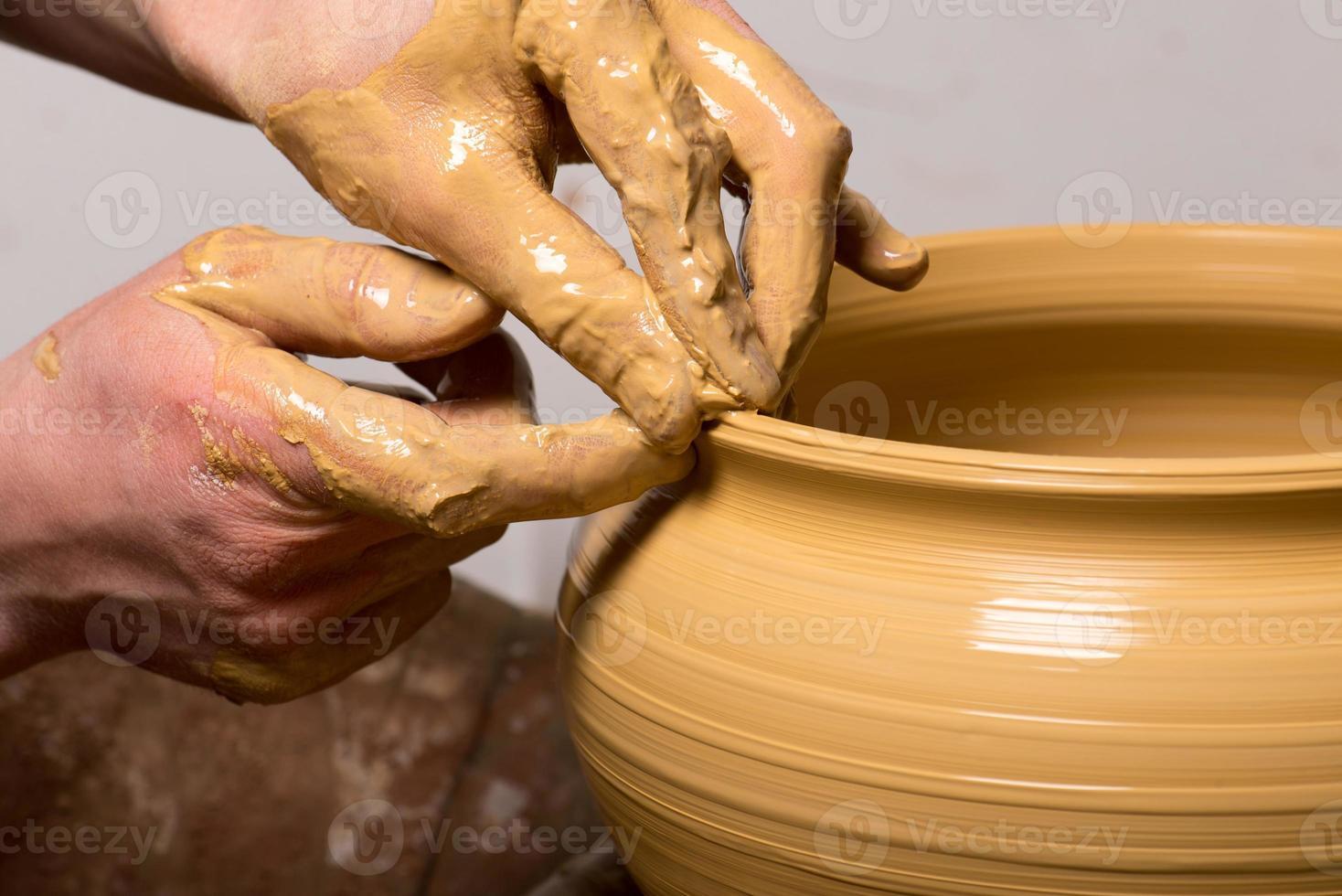 pottenbakker, het creëren van een aarden pot foto