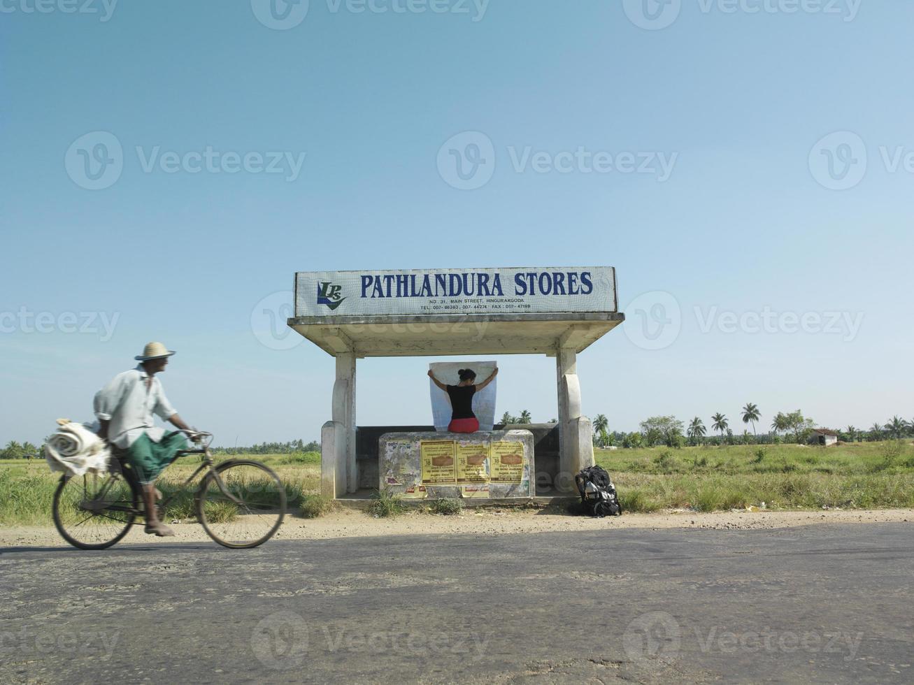 vrouw met kaart bij bushalte foto