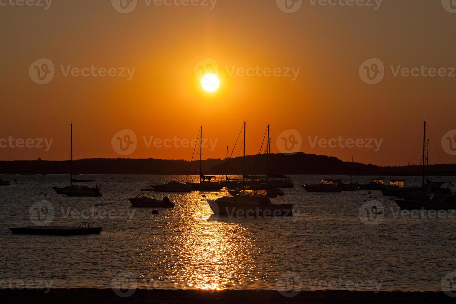 zonsondergang op het strand. foto