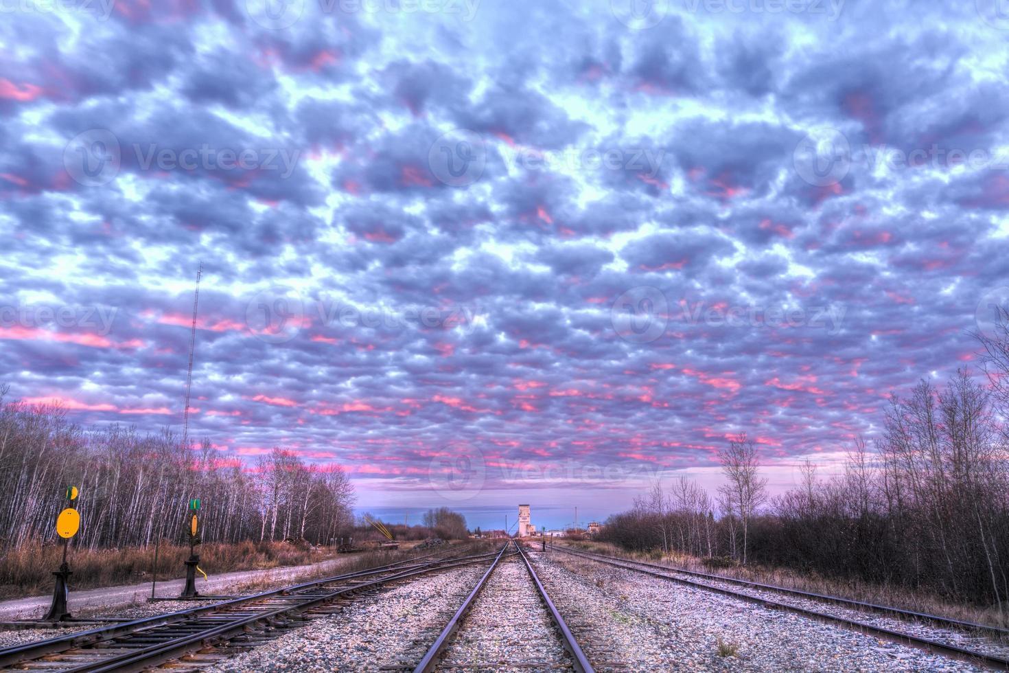 spoorwegsporen bij zonsondergang foto