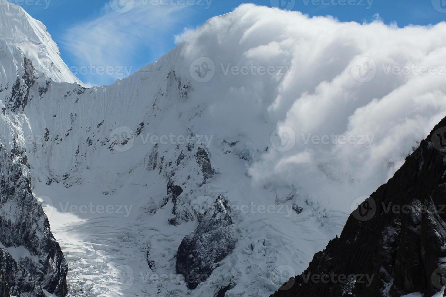 wolken rollen door het Andesgebergte foto