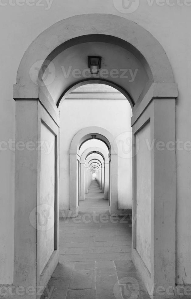 eindeloze gebogen deuropeningen die zich oneindig herhalen foto