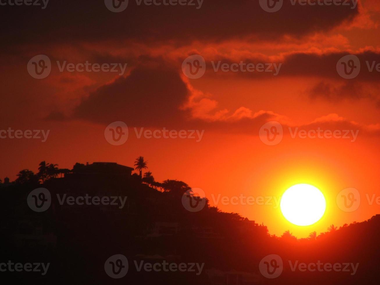 puesta de sol en la playa foto