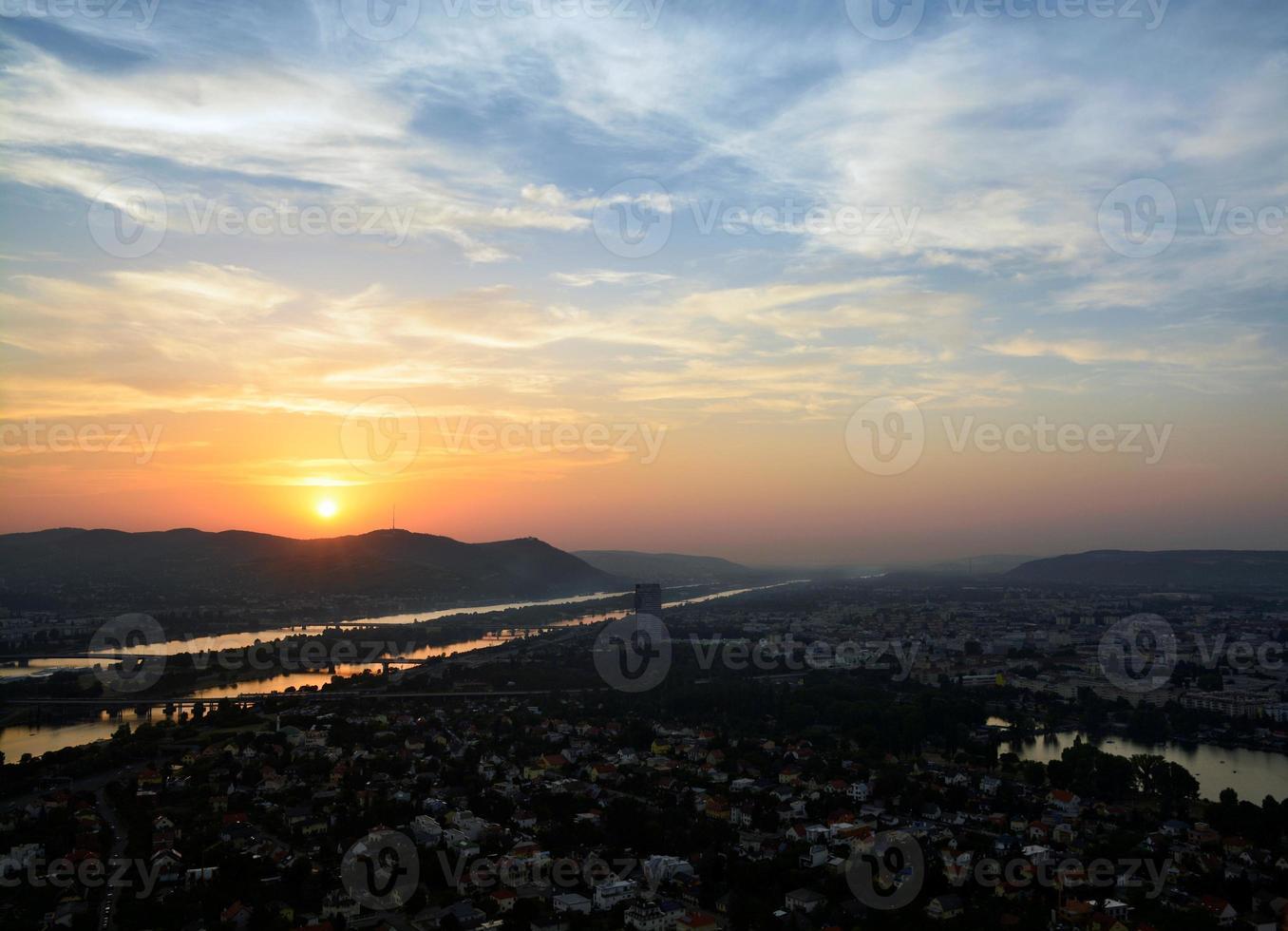 kleurrijke zonsondergang op de skyline van de Donau, Wenen foto