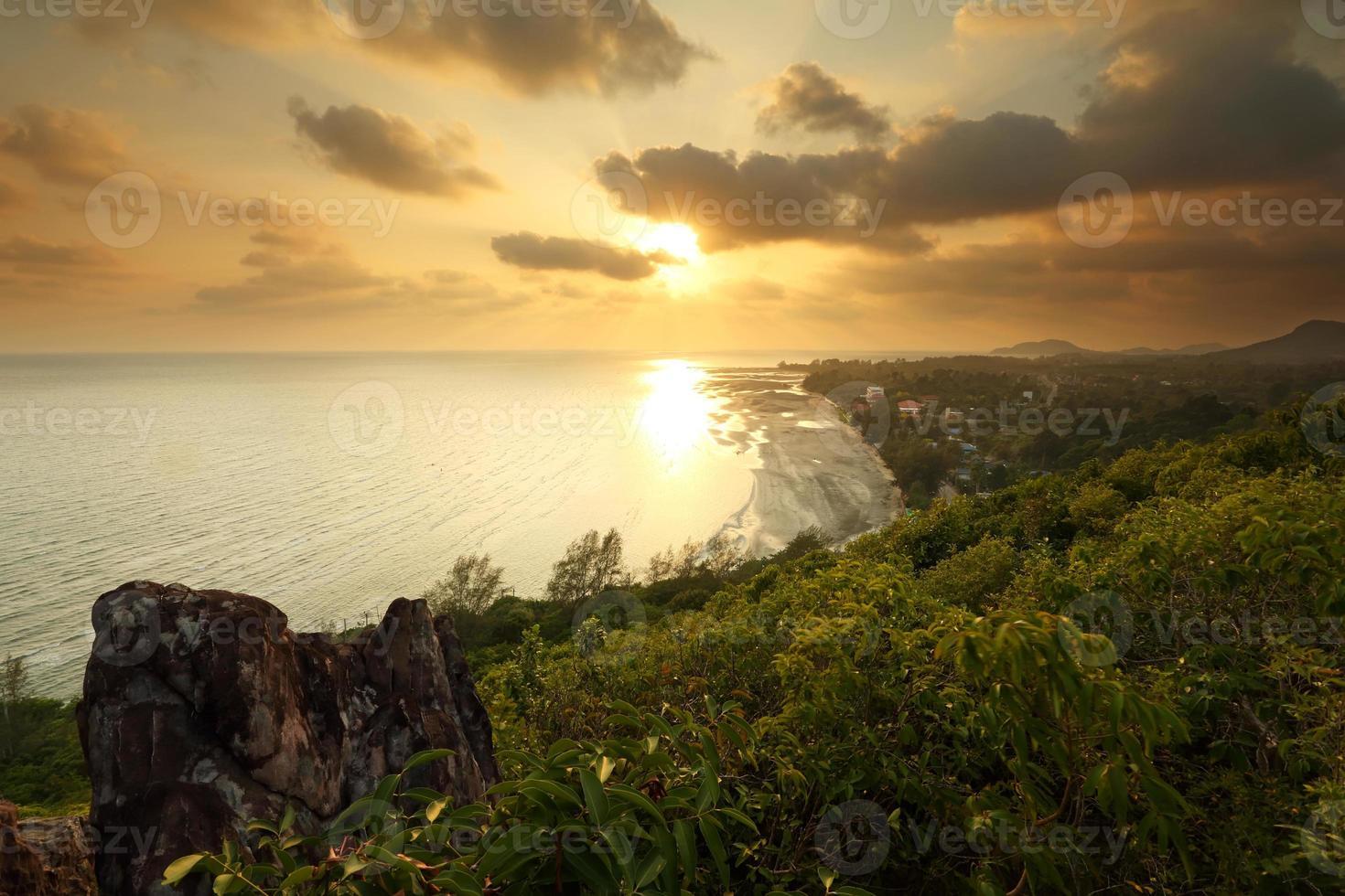 uitzicht vanaf de berg op het strand bij zonsondergang foto