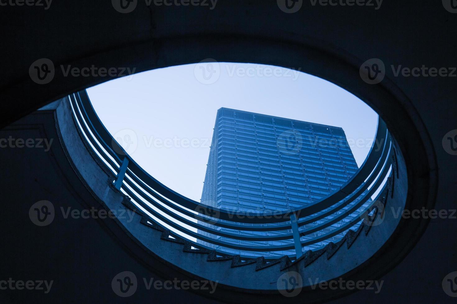 commercieel gebouw in het gat foto