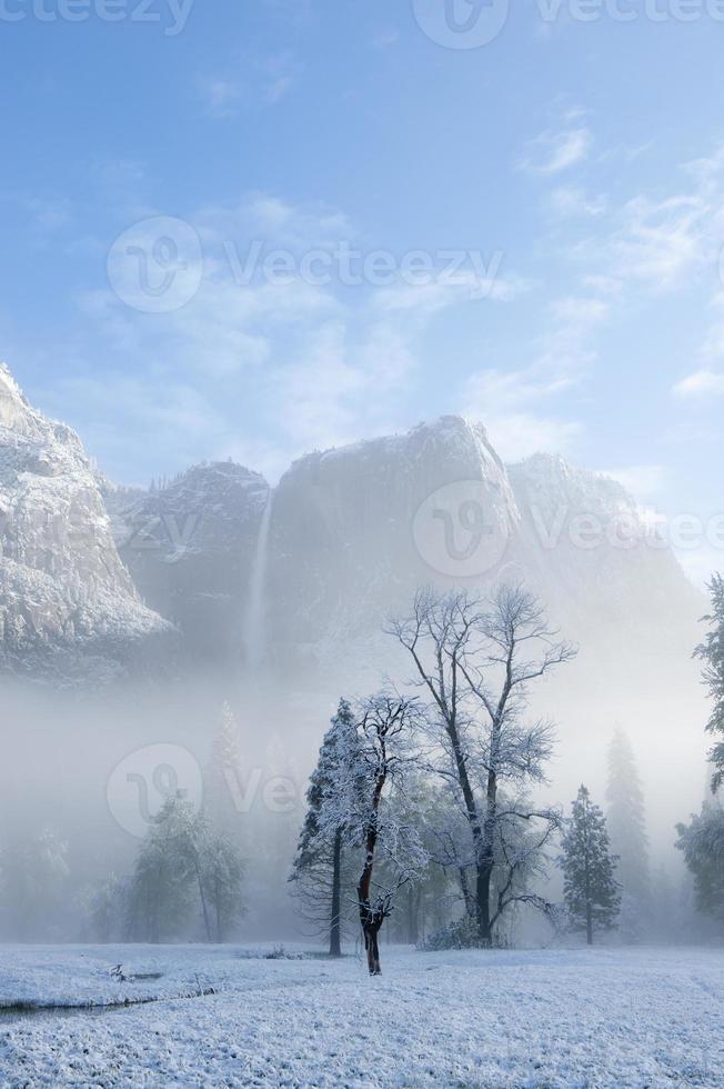 bovenste yosemite valt met mist en sneeuw foto