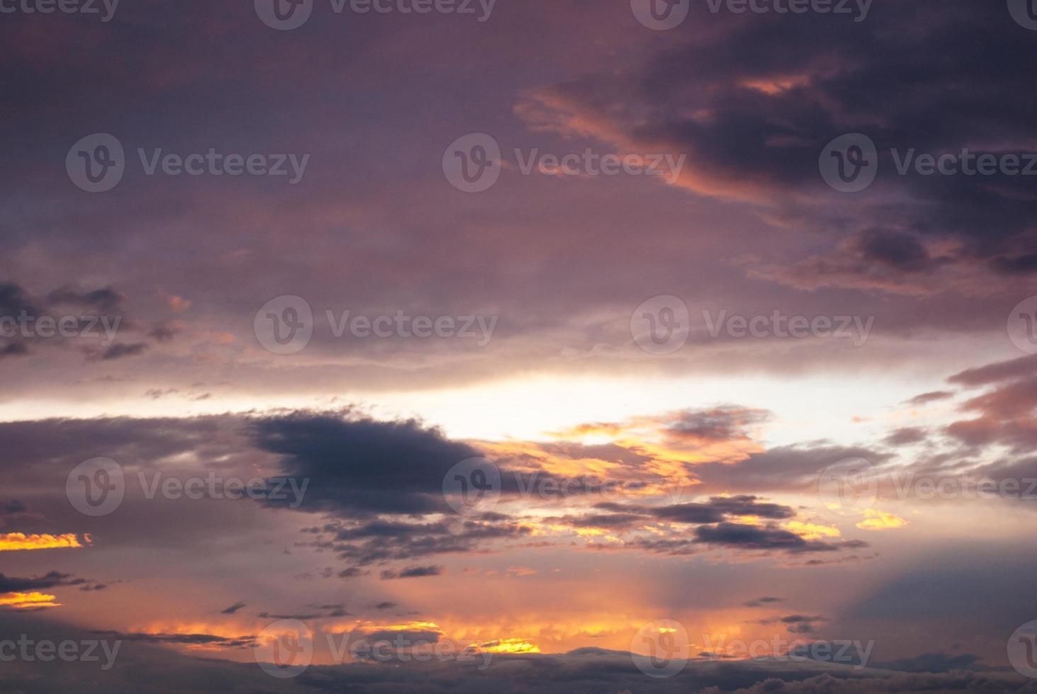 magische paars oranje zonneschijn zonnestralen foto