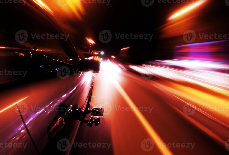 's nachts rijden - kant van de auto gaat snel foto