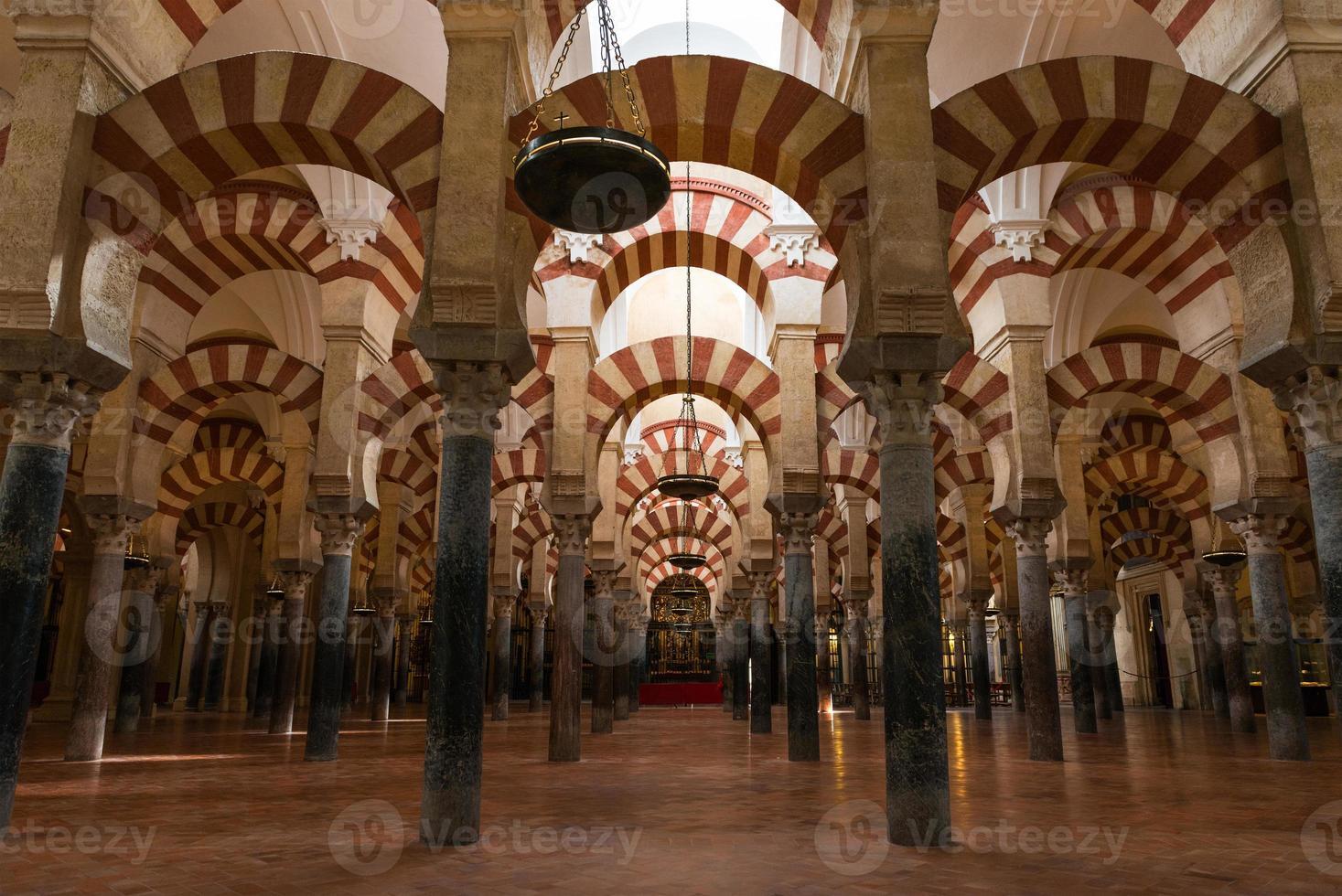 kolommen van de moskee-kathedraal van cordoba foto