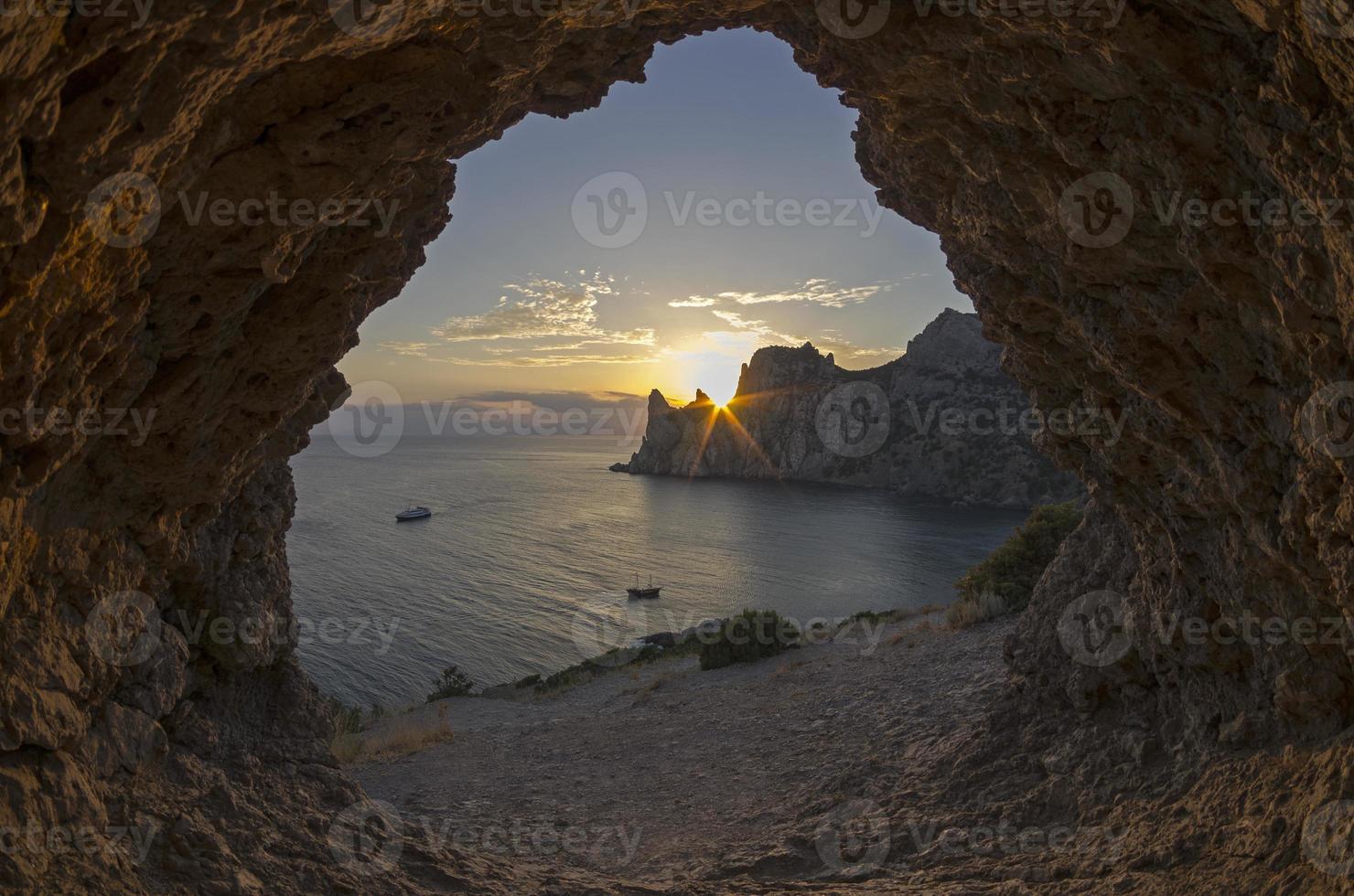 ondergaande zon achter de kliffen aan de kust. Krim. foto