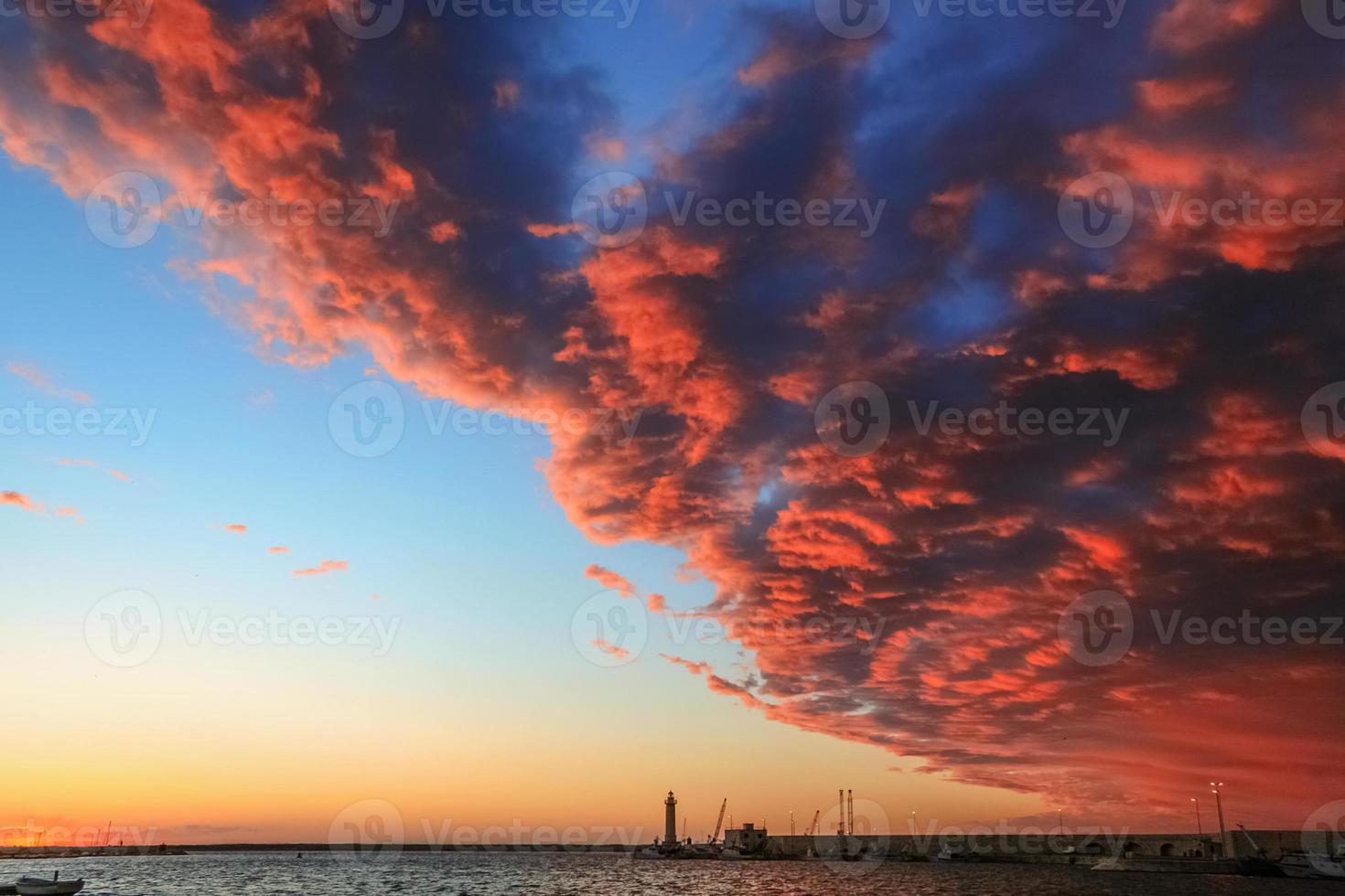 zomer. Adriatische kust: de haven van Molfetta bij zonsondergang. Italië (Apulië) foto