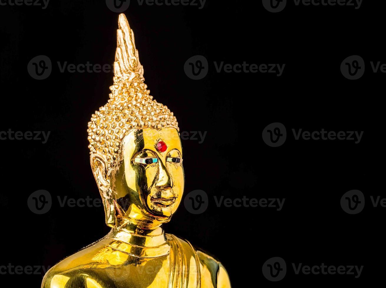 Boeddhabeeld geïsoleerd op zwarte achtergrond foto