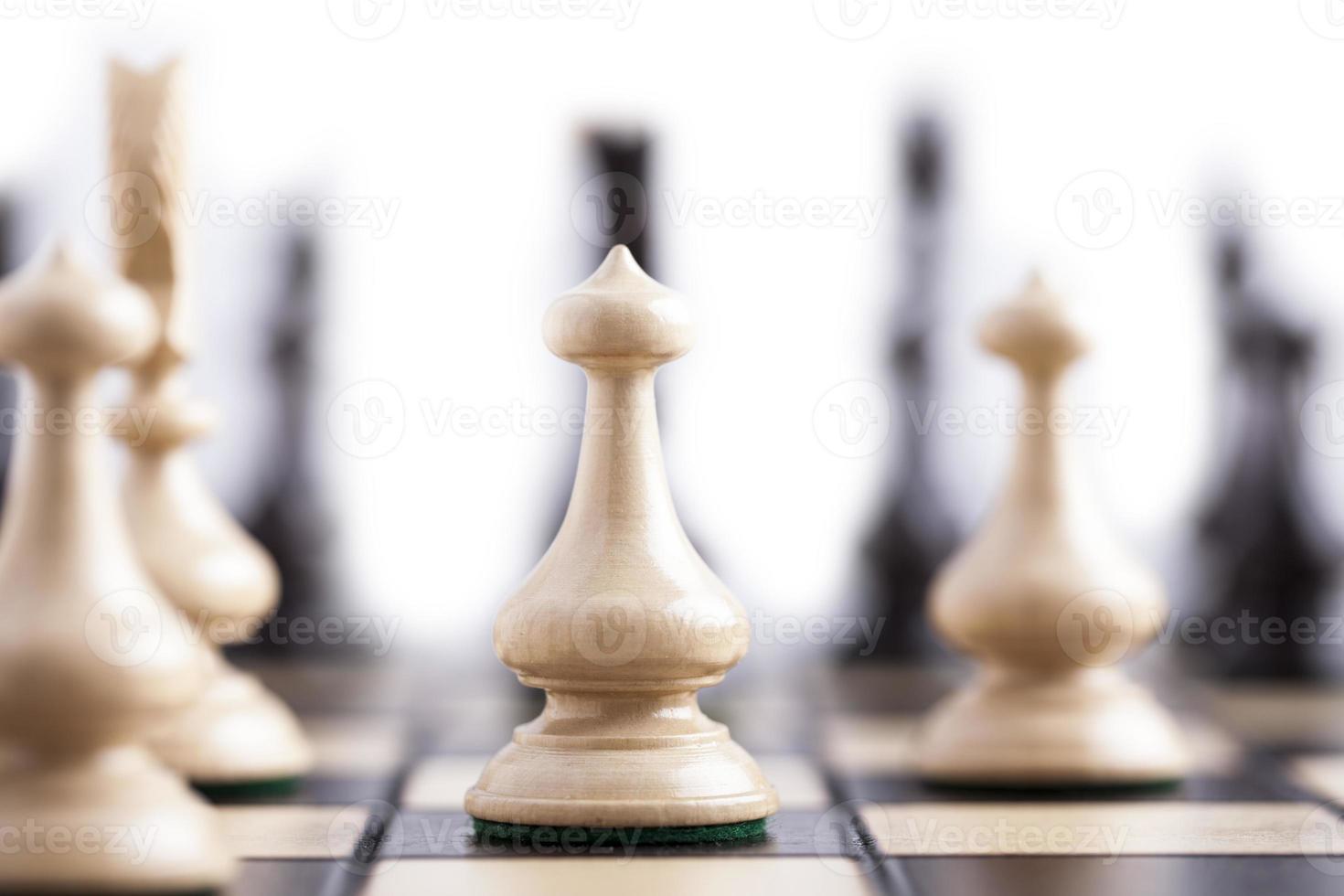 schaakstukken op een schaakbord. foto
