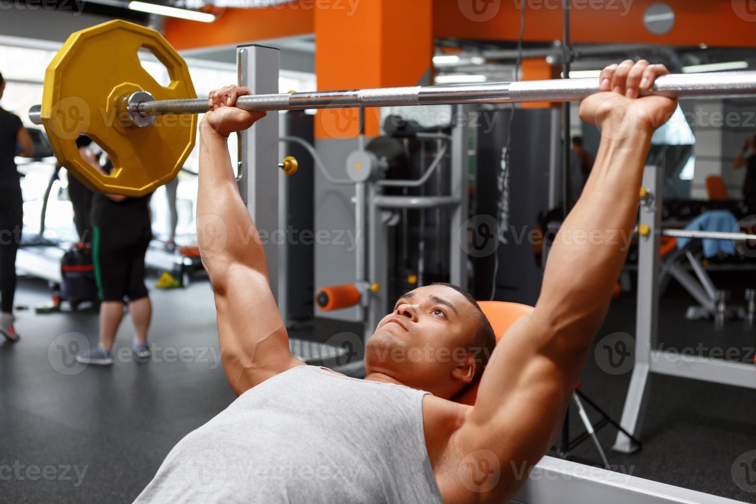 leugenachtige man barbell opheffen in de sportschool foto